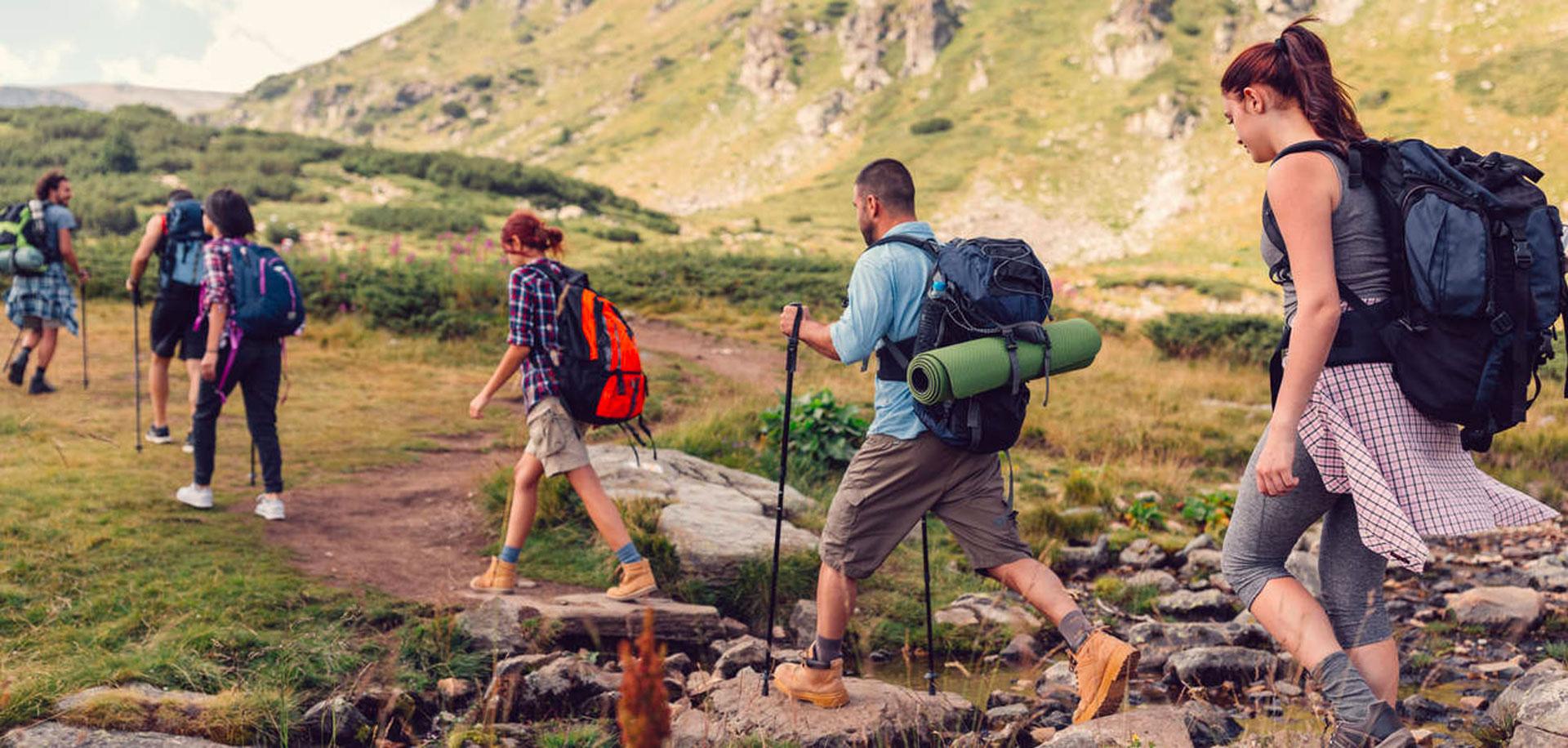 Camminare in montagna, pensando alla schiena